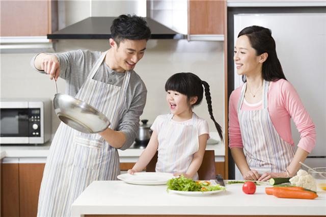 一家人享受烹饪的乐趣